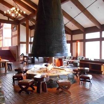 ホテルのシンボル ラウンジ「アゼリア」の暖炉